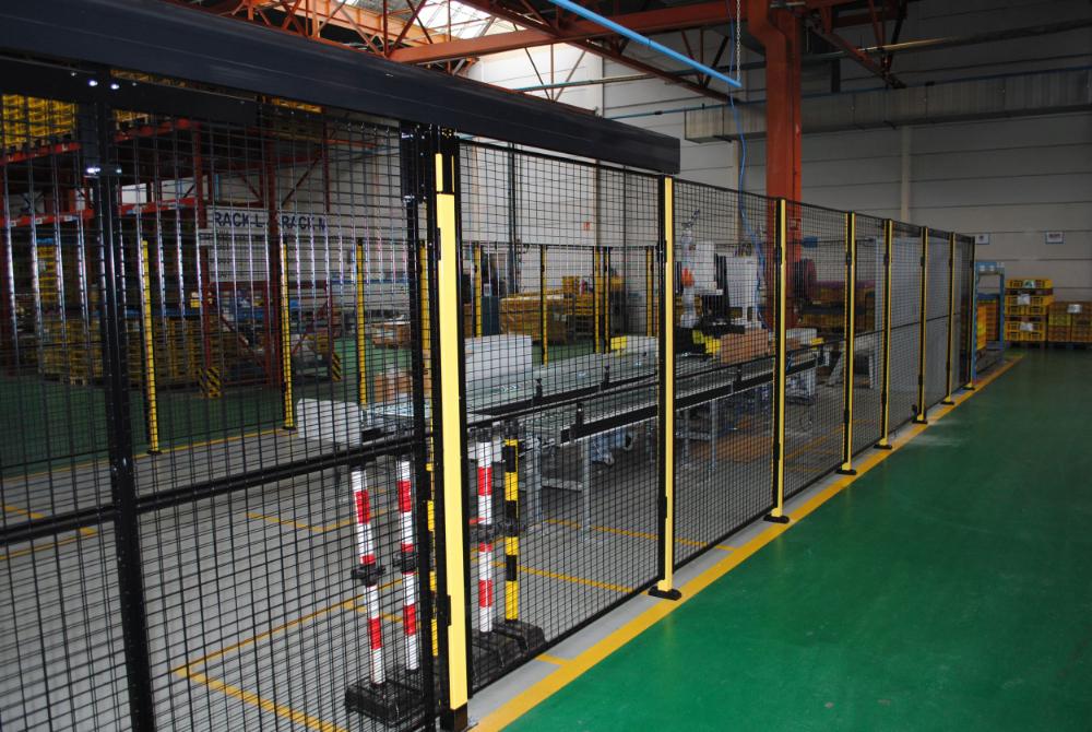 De controle- en verpakkingslijn is volledig omgeven door hekken om redenen van ordentelijkheid en  vanwege de verdeling van de palletlocaties